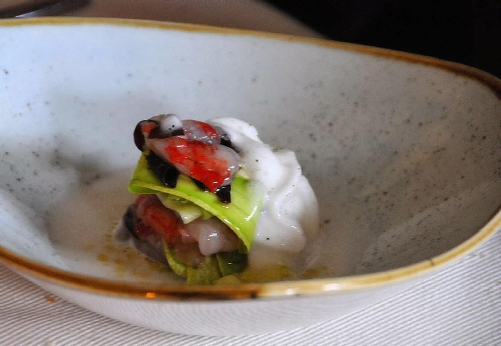Il gambero di Mazara servito a crudo con zucchine, alghe e crema di mandorle