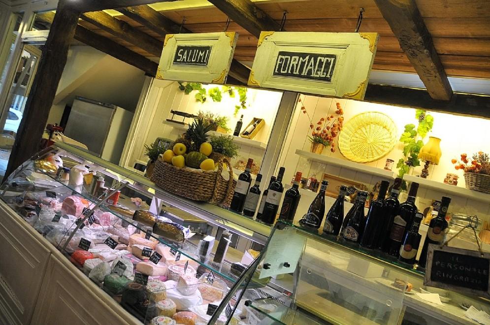 Il bancone dei formaggi, salumi e pasta fresca