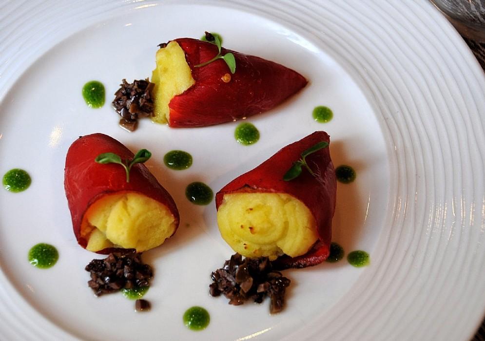 I peperoni del Piquillos farciti di crema di patate affumicate con olive moraiole