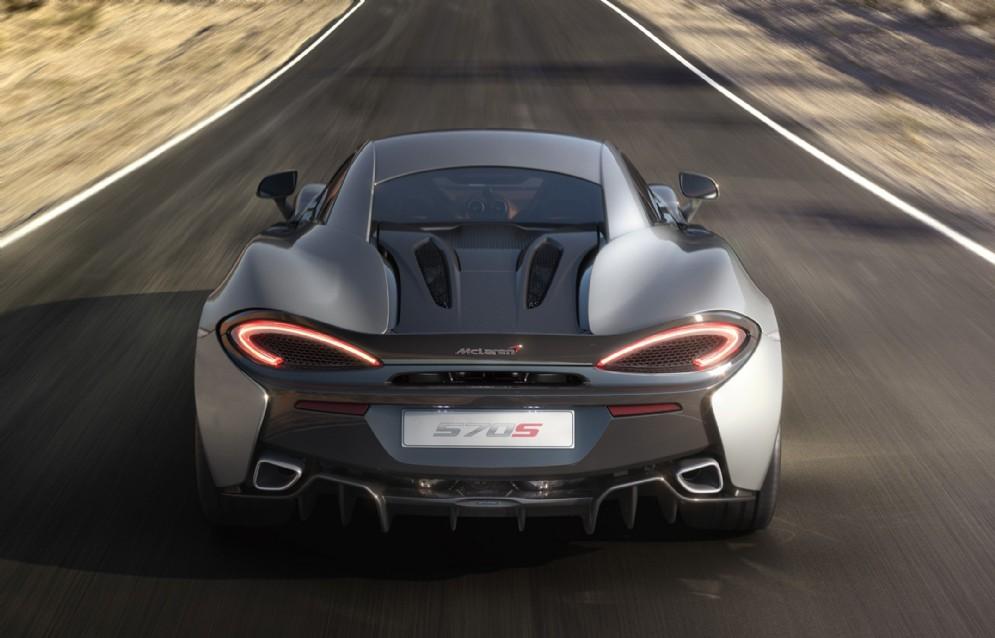 Ridottissimo il peso, di soli 1.313 kg, ben 57 in meno rispetto alla McLaren 650S