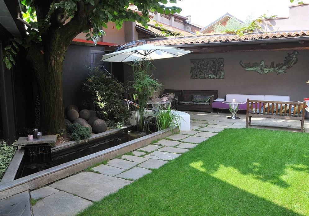 Il giardino arredato, ideale per un aperitivo all'aria aperta