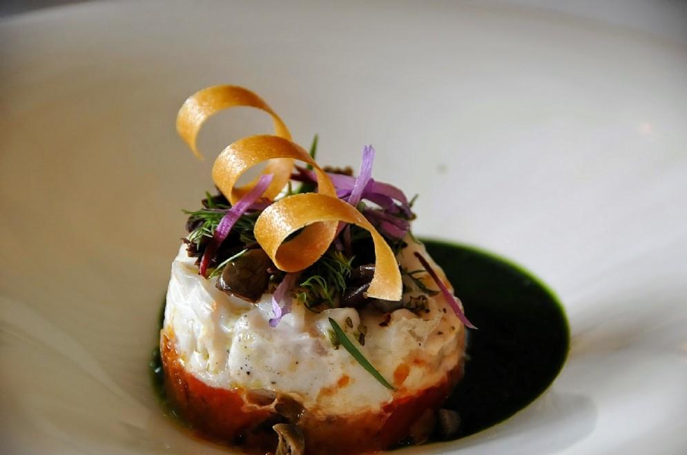 Il tortino di ricciola di fondale in insalata liquida, capperi e olive