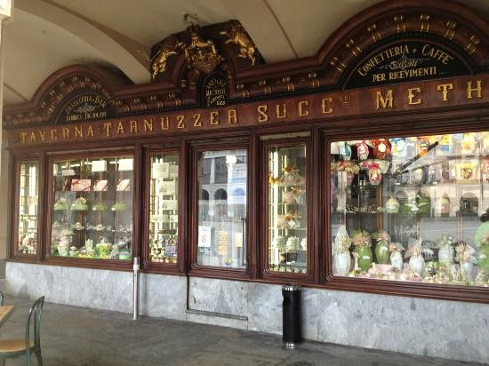 La facciata della pasticceria Taverna & Tarnuzzer