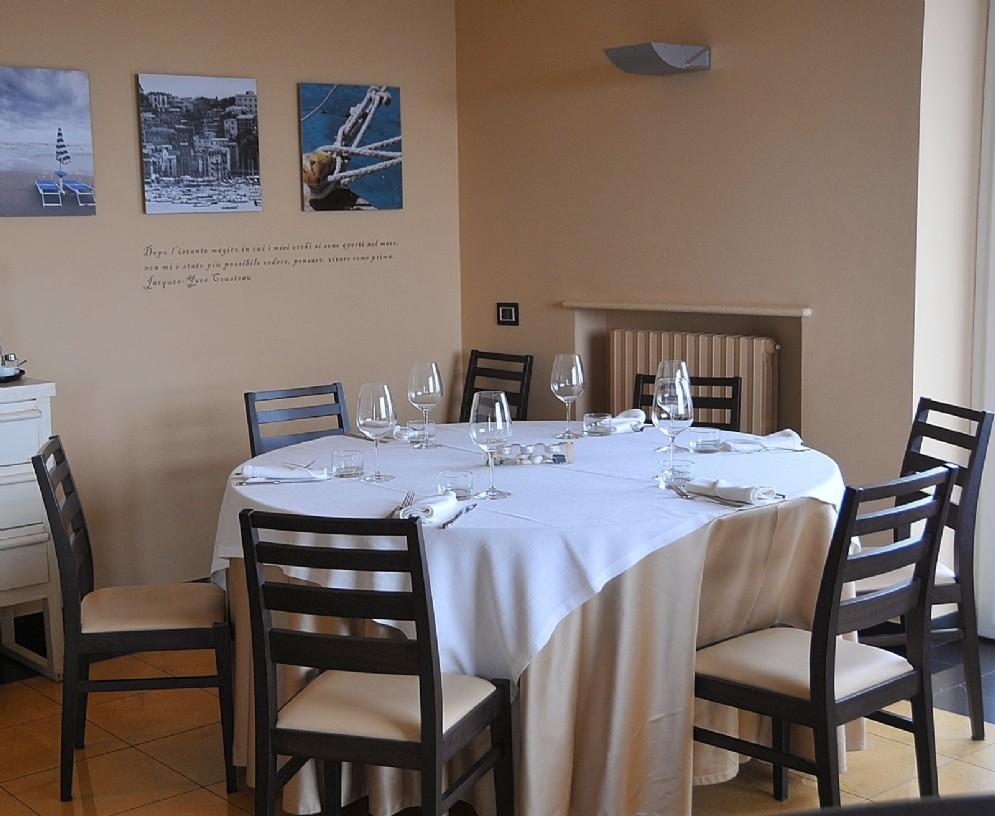 Un tavolo e uno scorcio di sala del GrecAle