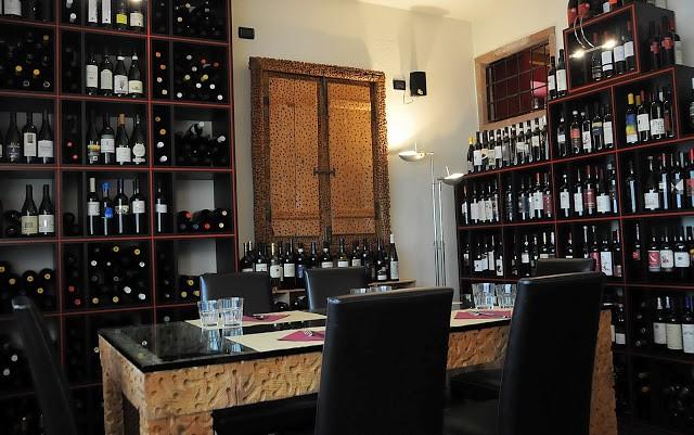 Una delle salette del Rosso di Sera, foderate di bottiglie di vino