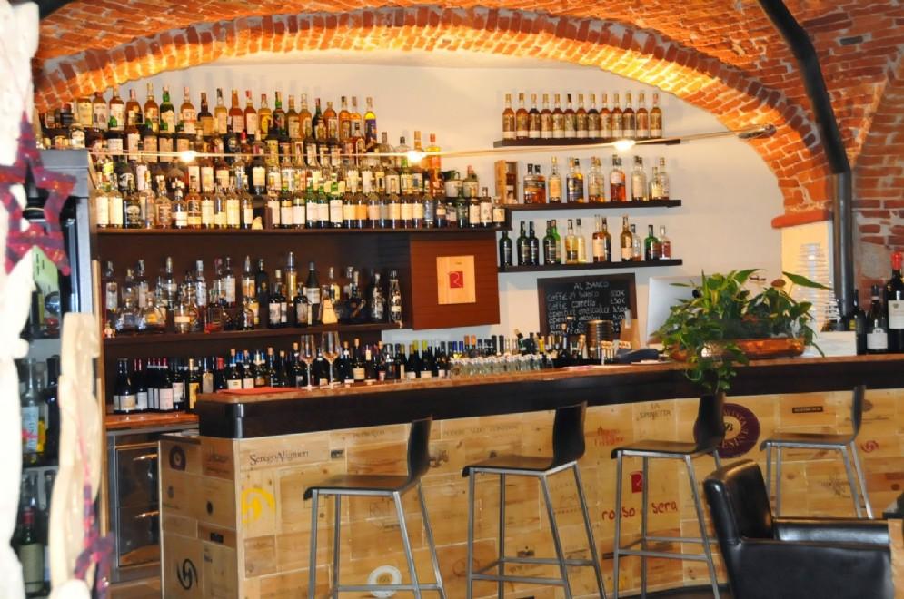 La folle collezione di distillati all'angolo bar
