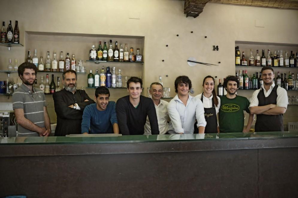 Proprietari e dipendenti all'interno del bar