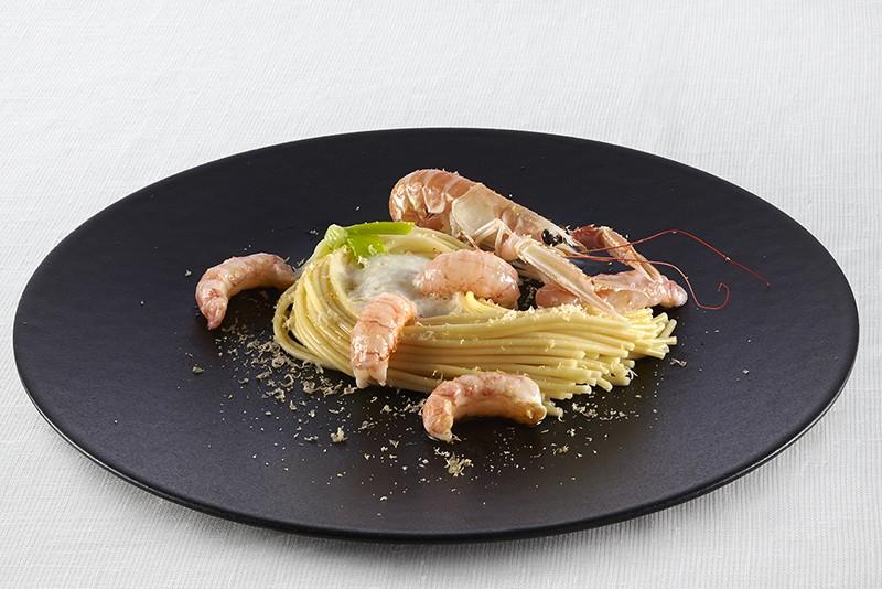 Un bellissimo piatto di spaghetti con gli scampi a La Primula