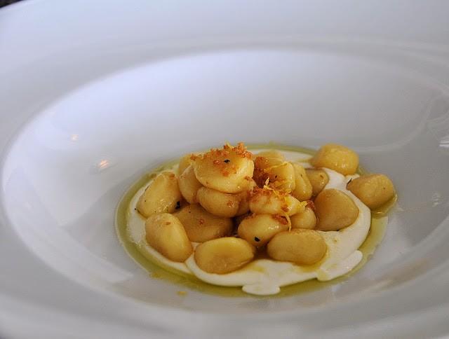 Gnocchetti all'aglio, olio e peproncino. Bottarga e crema di burrata