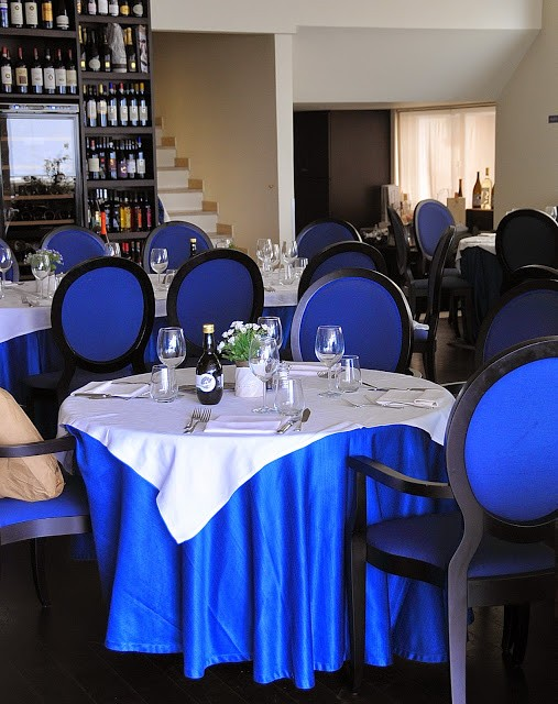 Gli eleganti interni in bianco e blu