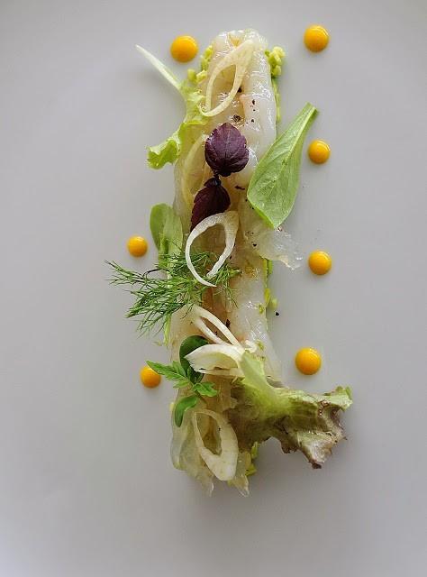 Crudo di scampi su tartare di zuccine trombette al basilico, finocchio e pepe sechuan, punti di salsa al mango