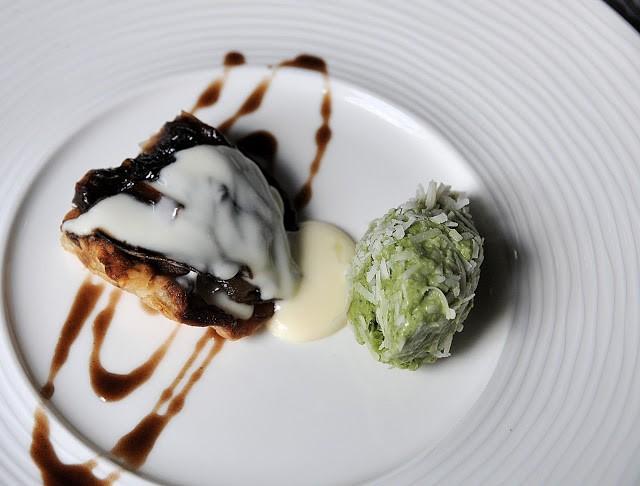 Tatin di cipolla in caldo freddo di parmigiano e basilico