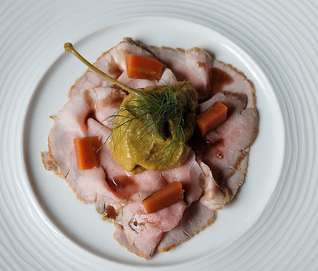 Vitello tonnato all'antica (senza maionese) con carote all'agro