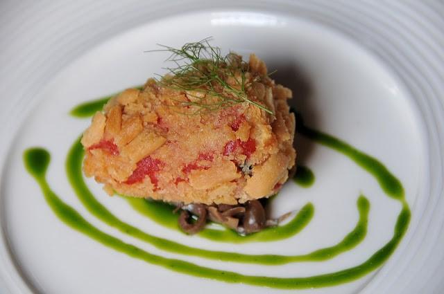Peperone del Piquillo con farcia alla patata in frittura di grissini su battuta di acciughe e olive Taggiasche, pesto di basilico