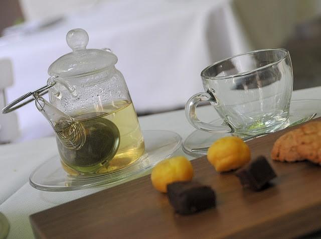 La fine presentazione di tè e tisane, con piccola pasticceria
