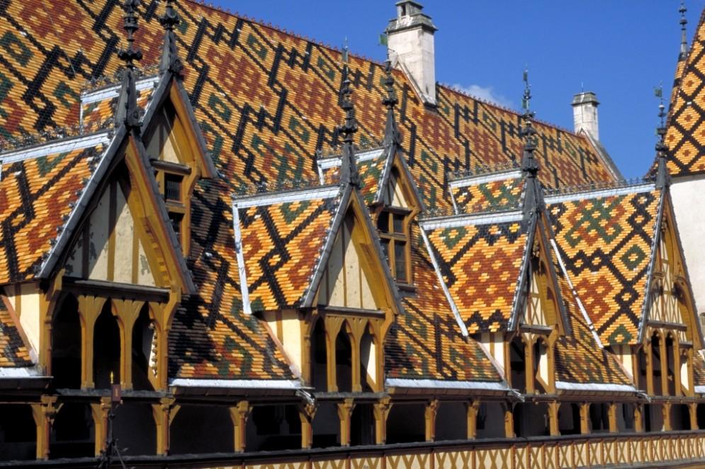 I caratteristici tetti dell'Hospice de Beaune, capitale dei vini di Borgogna