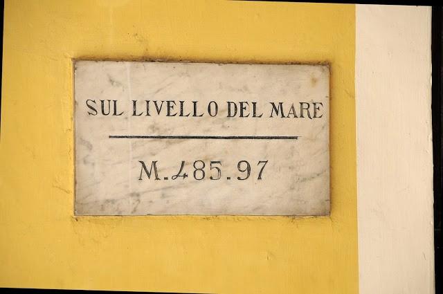 La targa che indica l'esatta altimetria di Biella Piazzo alla Stazione della Funicolare