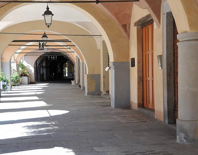 I magici portici di Piazza Cisterna