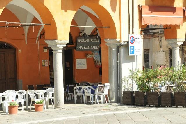 Il dehor della storica pizzeria San Giacomo
