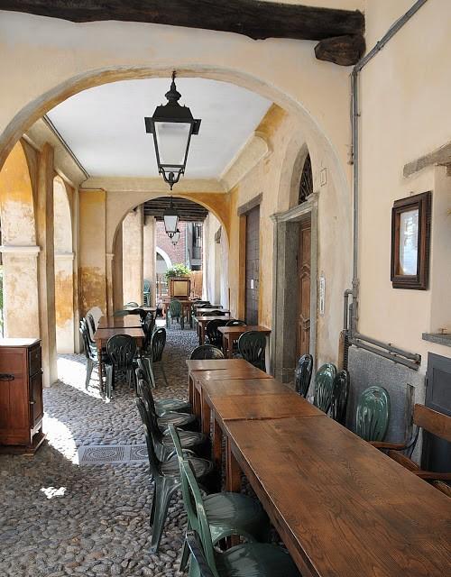 I tavoli all'aperto e al coperto de La Civetta