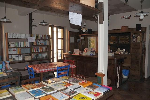 La sala al piano superiore, con i libri a disposizione