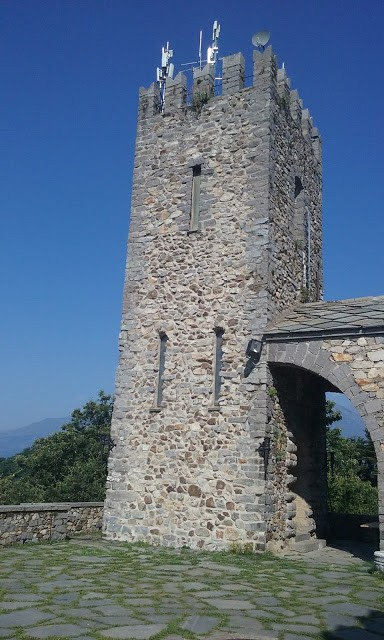 La Torre, perfettamente ristrutturata ma ricoperta da antenne ...