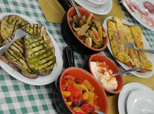 Gli altri antipasti del giorno: la frittata di zucchine, le verdure in carpione, il San Carlino, i peperoni in agrodolce, e le melanzane al verde
