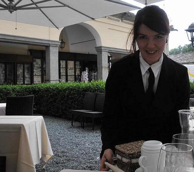 La sorridente Angela serve tè, caffè, torcetti e canestrelli a fine pasto