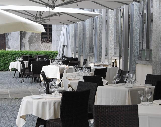La terrazza con i tavoli accuratamente apparecchiati