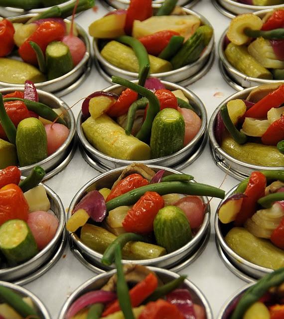 La composizione di verdure che andranno ad accompagnare i gamberi testa viola di Oneglia