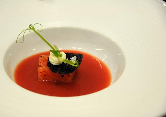 Il cubo di salmone marinato su pomodoro Bloody Mary ...