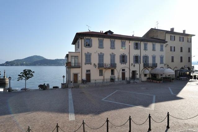 L'edificio lungo lago sede storica de La Taverna del Pittore