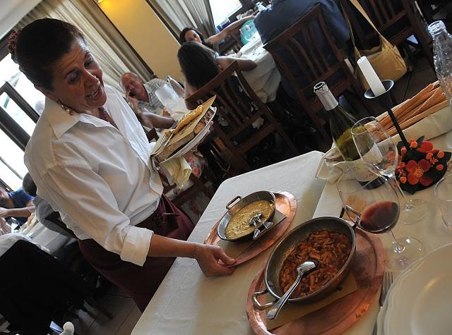 La signora Arsini al servizio della polenta concia e della trippa alla contadina, rigorosamente in tegami di rame ...