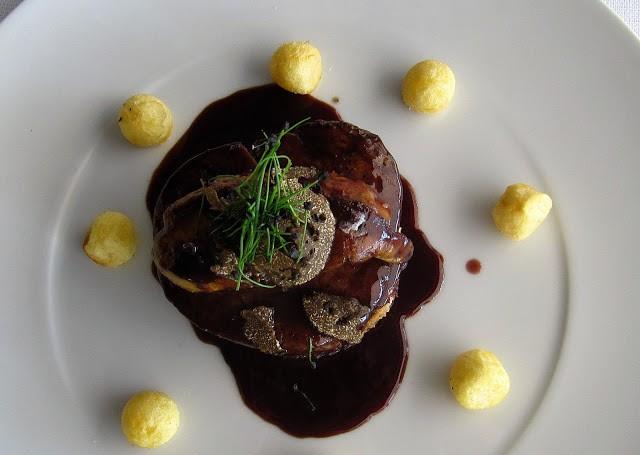 Filetto Rossini, quindi con salsa al vino rosso, foie gras e tartufo nero