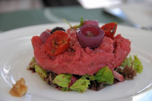 Battuta di fassona con stracciatella, insalate all'aceto di lamponi e verdure all'agro