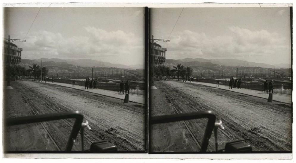 Genova, 1912. Lungomare,. In primo piano il parabrezza del taxi - dall'