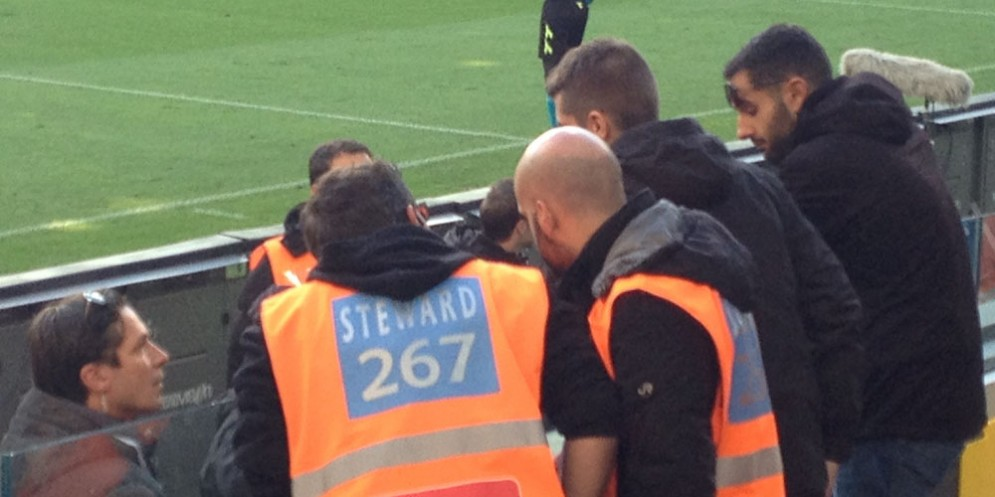 Forze dell'ordine e steward intervengono dopo pochi minuti
