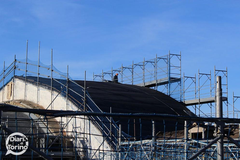 Operaio sul tetto della stazione di Porta Nuova