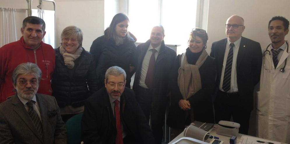 Il sindaco Honsell e l'assessore Telesca con i medici e i volontari