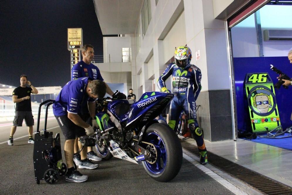 Valentino Rossi esce dal box
