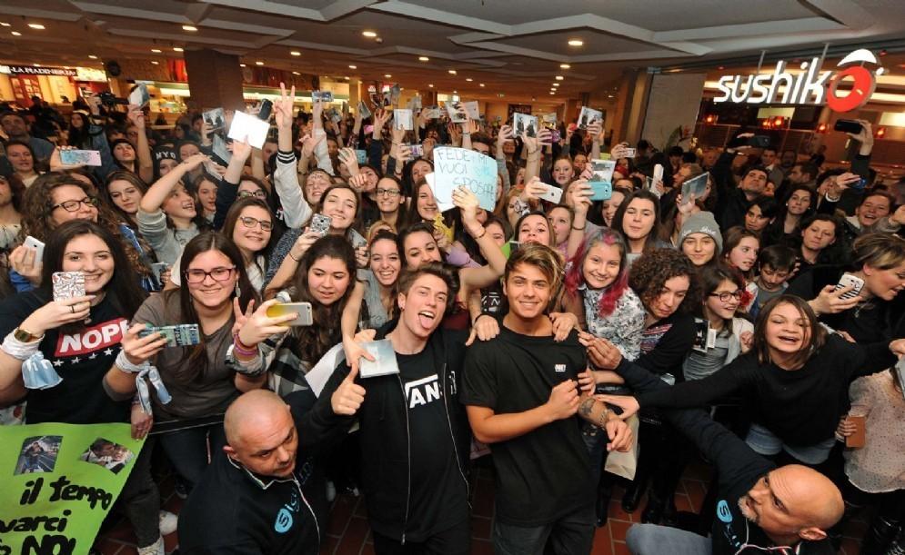 Benji e Fede circondati dai fan al Città Fiera (© Foto Petrussi)