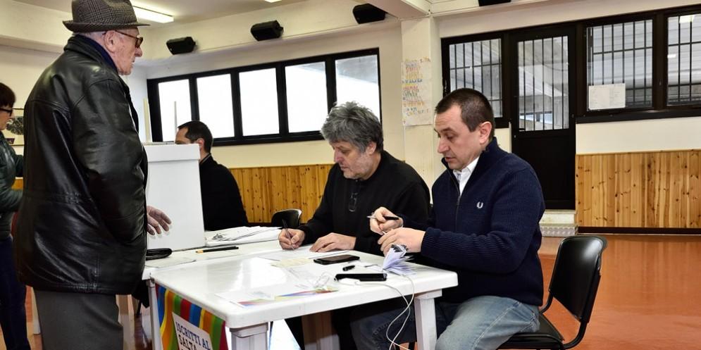 Tra gli scrutatori, nel seggio 11 di Melara, il capogruppo del Pd alla Camera Rosato