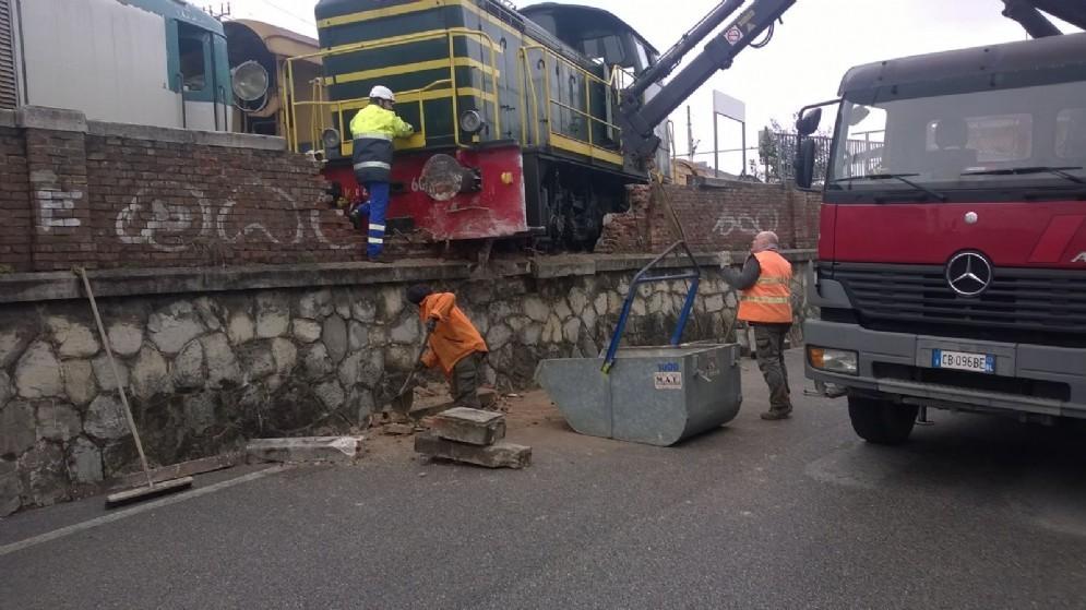 La locomotiva finita contro il muro in via Cernaia (© Diario di Udine)