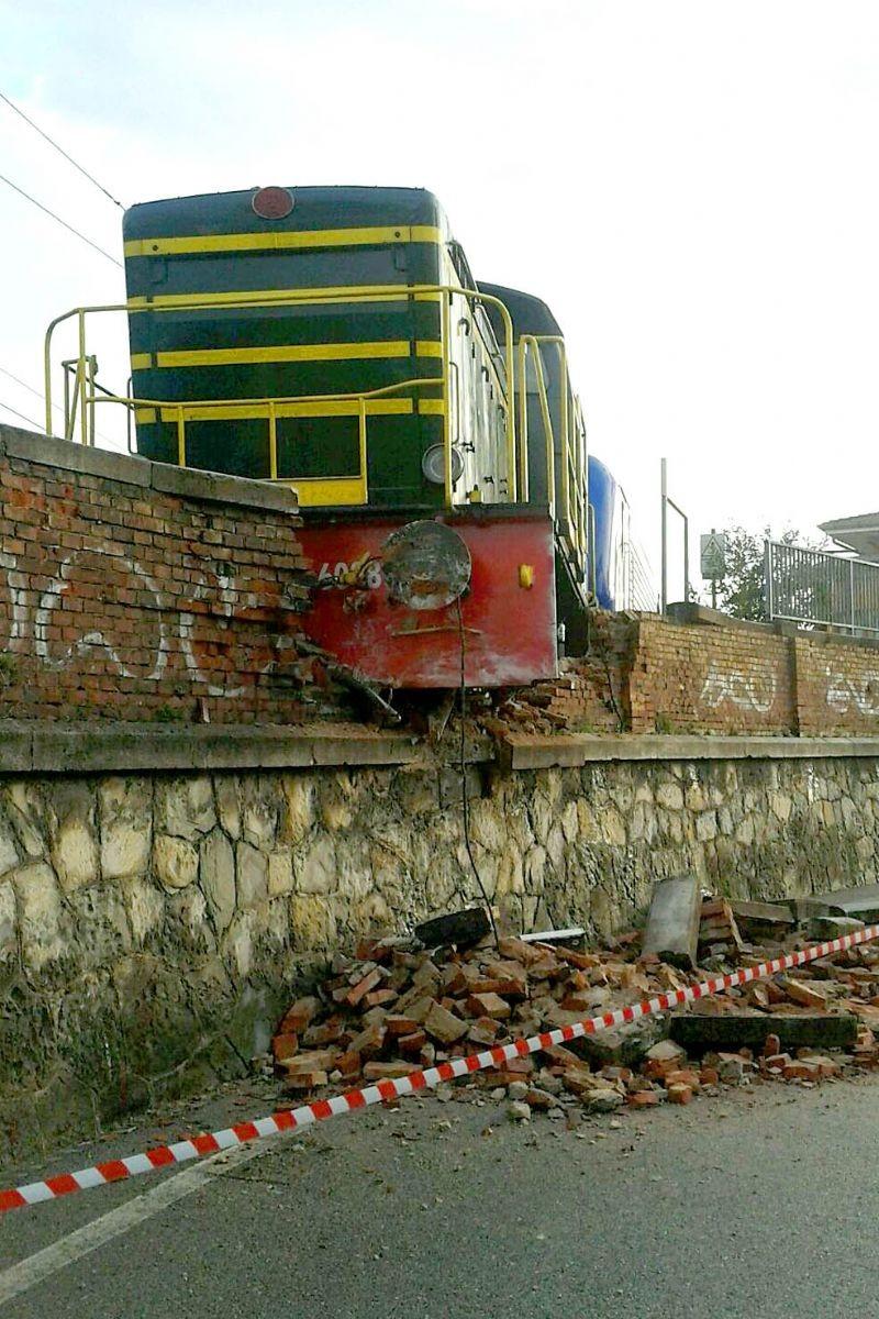 La locomotiva finita contro il muro in via Cernaia
