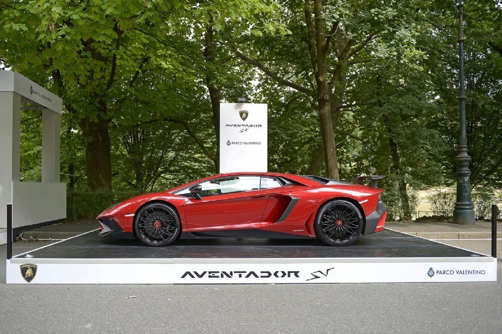 Una Lamborghini Aventador SV esposta nel 2015 al Salone dell'auto all'aperto di Torino