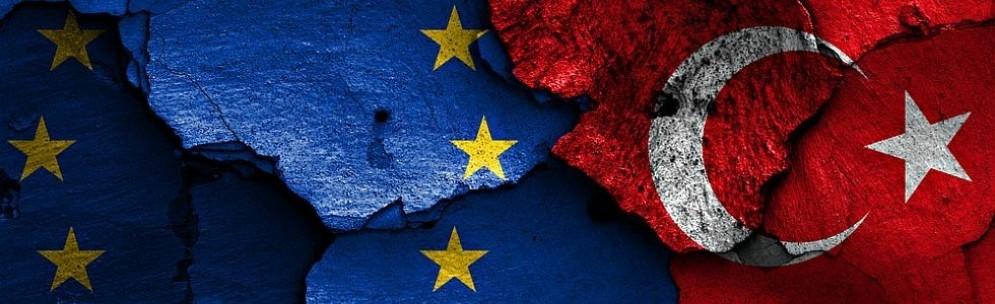 Bandiere europea e turca dipinte su un muro diroccato.