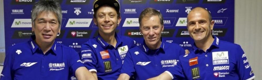 Valentino Rossi posa con i boss del team Yamaha