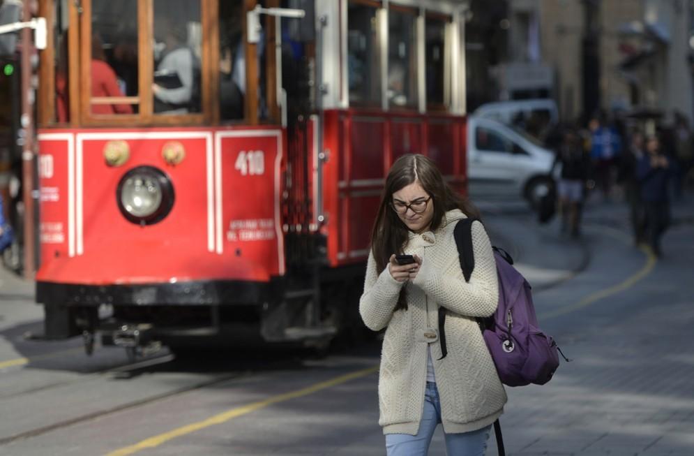Una legge contro chi cammina guardando lo smartphone