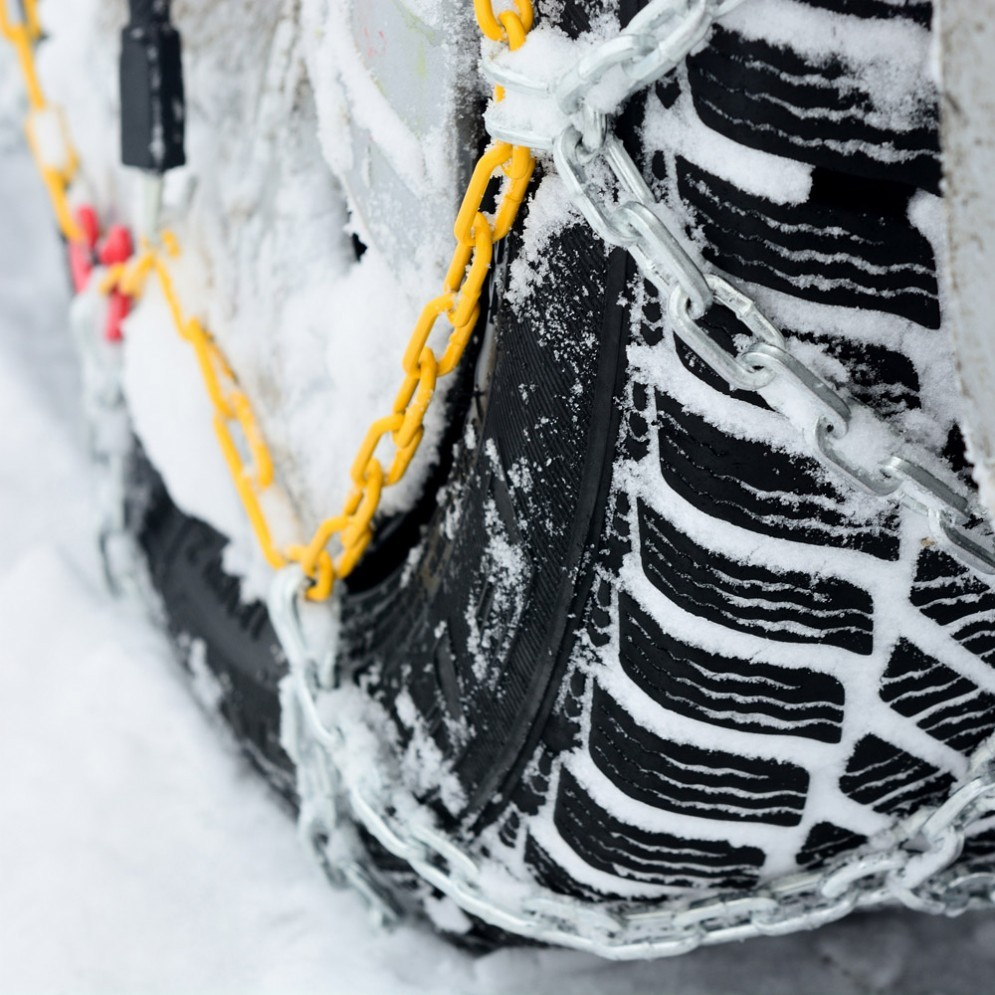 Un'auto con le catene da neve