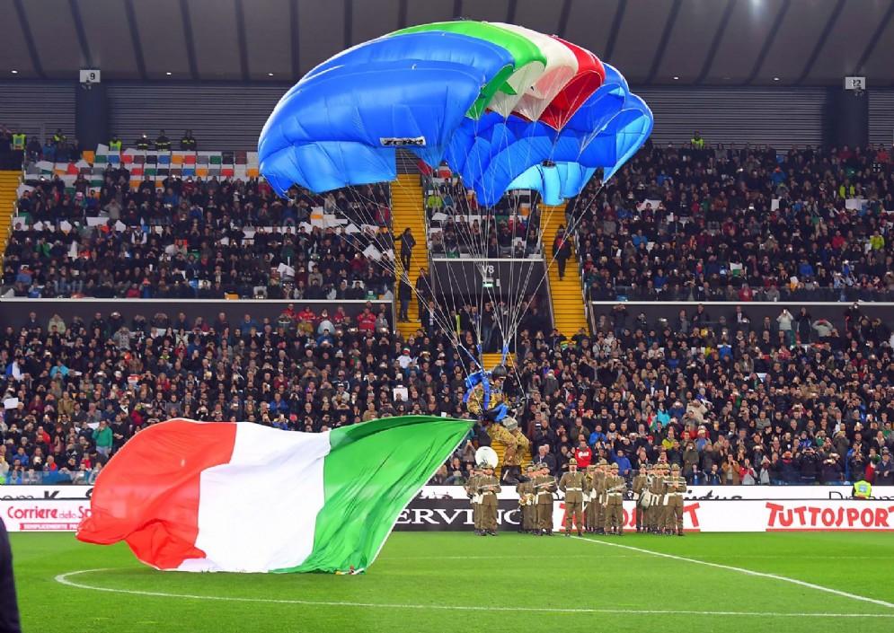 Un paracadustista è atterrato sul campo del Friuli